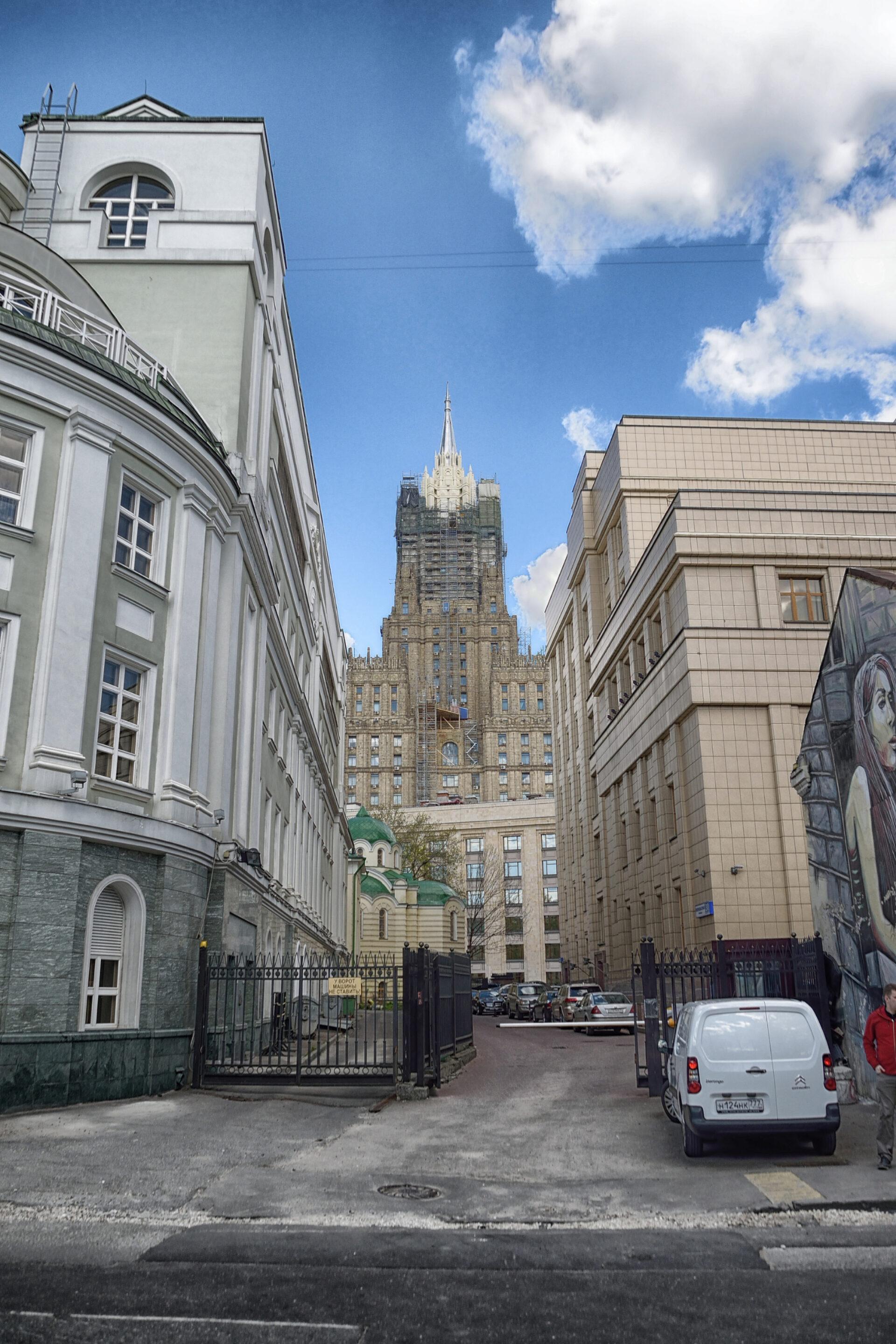 Переулочки между Смоленской иКропоткинской.