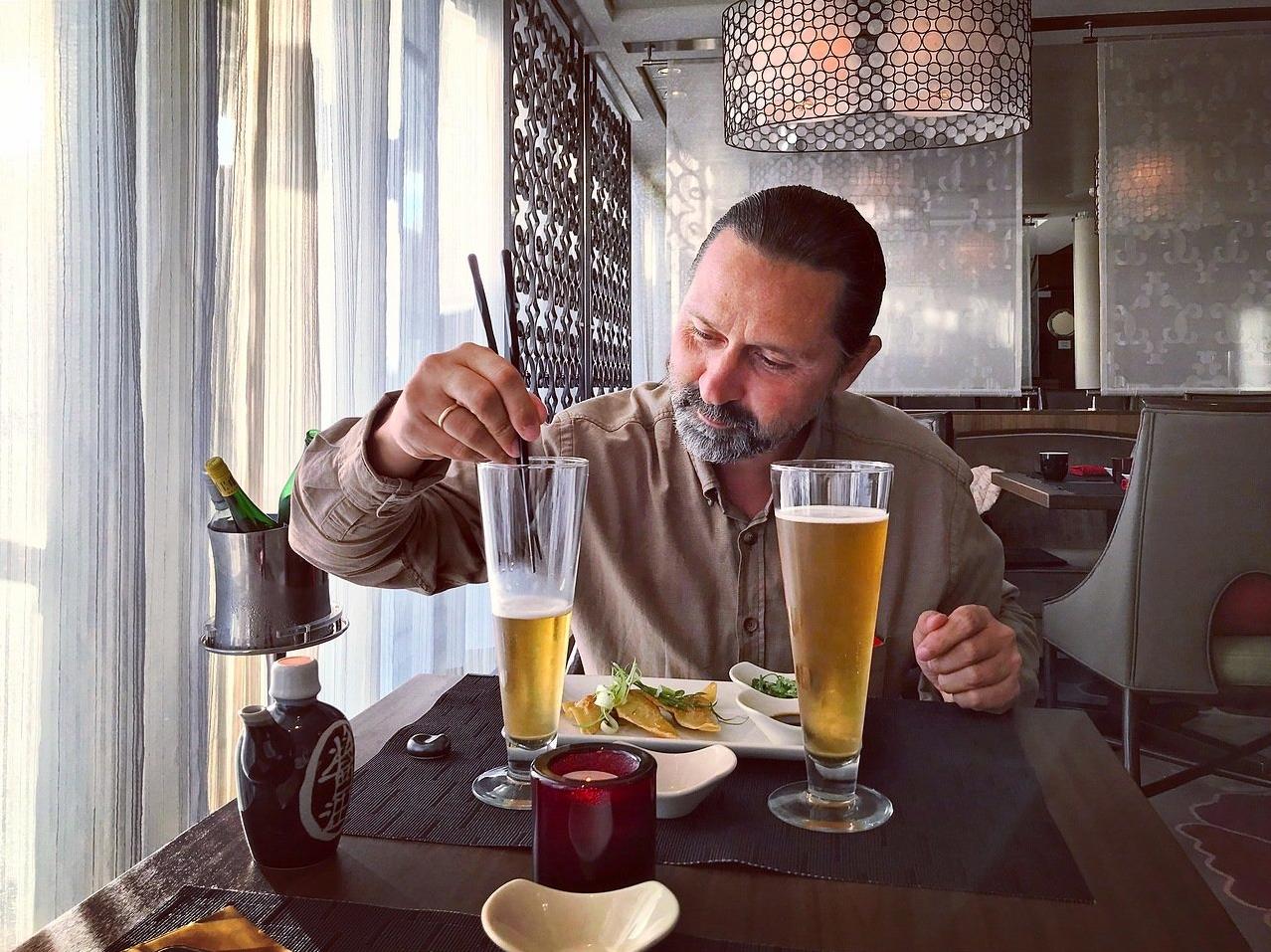 Настоящие японцы пьют пиво палочками!